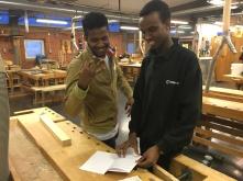 Ahmed och Abdirashid jobbar med texten